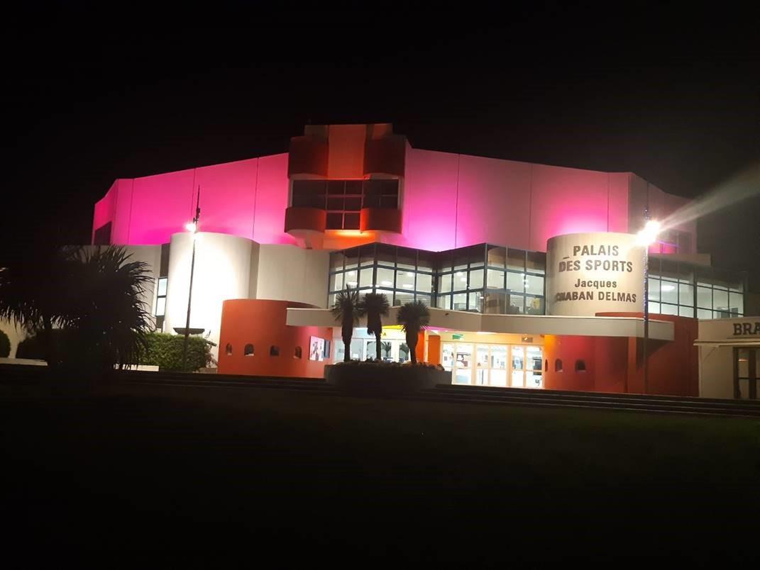 Le palais des sports s'illumine en rose